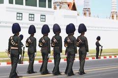 Le mouvement de l'armée thaïlandaise royale à se préparer à assistent à l'enterrement du Roi Bhumibol Adulyadej King Rama 9 Image stock