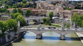 Le mouvement de la plate-forme de voiture à travers la rivière le Tibre Le trafic de voiture à Rome Italie banque de vidéos
