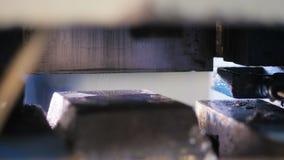 Le mouvement de plan rapproché après le morceau en métal a coupé par la machine robotique clips vidéos