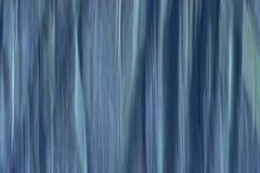 Le mouvement de résumé a brouillé le fond avec les lignes verticales dans les teintes bleues froides photographie stock
