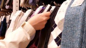 Le mouvement des chaussettes de achat de client à l'affichage cogne le coffret banque de vidéos