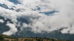 Le mouvement des nuages au-dessus de la vallée des montagnes clips vidéos