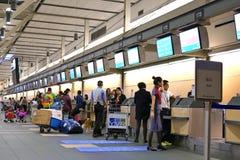 Le mouvement des passagers avec le bagage à signent le secteur à l'intérieur de l'aéroport de YVR Photographie stock