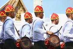 Le mouvement des soldats dans l'habillement traditionnel à se préparer à assistent à l'enterrement du roi Photographie stock