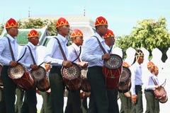 Le mouvement des soldats dans l'habillement traditionnel à se préparer à assistent à l'enterrement du roi Image stock