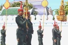 Le mouvement des soldats dans l'habillement traditionnel à se préparer à assistent à l'enterrement du roi Photos stock