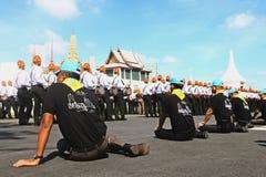 Le mouvement des soldats dans l'habillement traditionnel à se préparer à assistent à l'enterrement du roi Photographie stock libre de droits