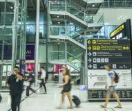 Le mouvement des touristes à l'intérieur de l'aéroport de Suvarnabhumi L'aéroport de Suvarnabhumi est l'un de deux aéroports inte Photographie stock libre de droits