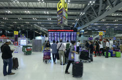 Le mouvement des touristes à l'intérieur de l'aéroport de Suvarnabhumi L'aéroport de Suvarnabhumi est l'un de deux aéroports inte Images libres de droits