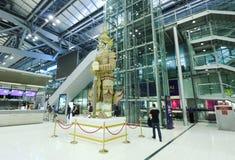 Le mouvement des touristes à l'intérieur de l'aéroport de Suvarnabhumi L'aéroport de Suvarnabhumi est l'un de deux aéroports inte Photo stock