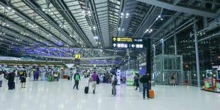 Le mouvement des touristes à l'intérieur de l'aéroport de Suvarnabhumi L'aéroport de Suvarnabhumi est l'un de deux aéroports inte Photos stock