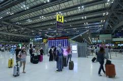 Le mouvement des touristes à l'intérieur de l'aéroport de Suvarnabhumi L'aéroport de Suvarnabhumi est l'un de deux aéroports inte Image libre de droits