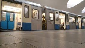 Le mouvement des trains à la station de métro banque de vidéos