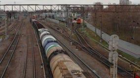 Le mouvement des trains de fret par une jonction ferroviaire banque de vidéos
