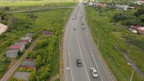 Le mouvement des voitures sur la route à proximité du village Longueur a?rienne clips vidéos