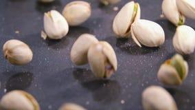 Le mouvement lent de pistaches tombant sur le noir authentique a structuré la surface clips vidéos