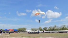 Le mouvement lent du parachutiste débarquait dedans à la cible, atterrissage d'exactitude, banque de vidéos