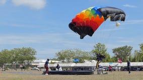Le mouvement lent du parachutiste débarquait dedans à la cible, atterrissage d'exactitude, clips vidéos