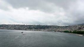 Le mouvement lent du vol commun de mouettes de groupe sur méditerranéen voient à Naples banque de vidéos