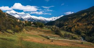 Le mucche contro Svan si eleva in Mestia, Svaneti, la Georgia Immagine Stock