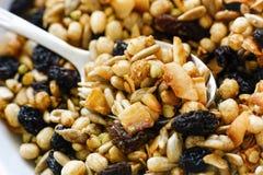Le muesli gratuit de gluten mélangent dedans le plat avec la cuillère photos stock