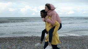 Le multi coppie etniche fanno un a due vie alla spiaggia archivi video