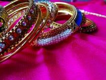 Le multiple a conçu les bracelets d'or pour des mariages et des festivals image libre de droits
