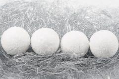 Le multiple ornemente des boules de Noël blanc Images libres de droits