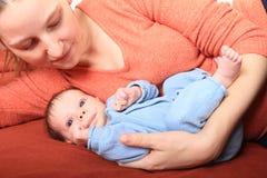 Le mumen med att le som är nyfött, behandla som ett barn flickan Royaltyfria Foton
