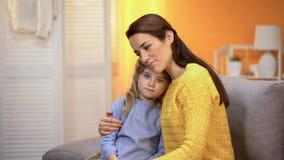 Le mumen som kramar lilla flickan, grundar barnet familjen, adoptionprogrammet, arrest arkivbild