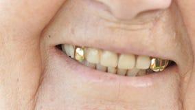 Le munnen av den mogna gamla kvinnan med falska tänder arkivfilmer