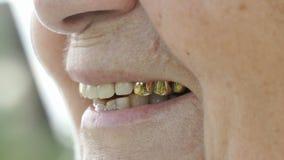 Le munnen av den mogna gamla kvinnan med falska tänder stock video