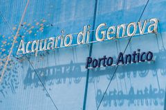 Le mur bleu du plus grand aquarium en Europe G?nes, Ligurie, Italie photos libres de droits