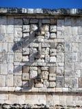 Le mur chichen dedans l'itza Mexique avec des masques et des roches image libre de droits