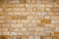 Le mur couvre de tuiles la pierre du ton brun clair image stock