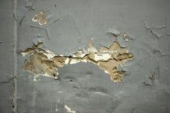 Le mur criqué avec de vieilles couches de peinture a abandonné la maison Photographie stock libre de droits