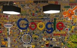 le mur décoré du logo de Google dans le lego rapièce Photos libres de droits