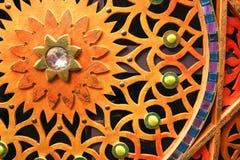 Le mur découpé en bois, coloré, lumineux, chiné avec des fleurs, étoiles, modèles, a coloré des pierres de différentes formes et  Image stock