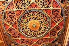 Le mur découpé en bois, coloré, lumineux, chiné avec des fleurs, étoiles, modèles, a coloré des pierres de différentes formes et  Photos stock