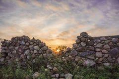 Le mur détruit de grange à une ferme abandonnée agricole Image libre de droits