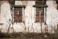 Le mur d'un bâtiment abandonné dans le Donbass photos stock