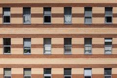 Le mur d'un immeuble de brique et d'une fenêtre photo libre de droits