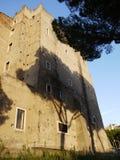 Le mur d'une vieille maison avec l'ombre d'un arbre Photos stock