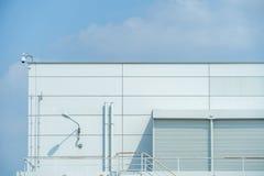 Le mur d'usine là sont des portes et des lanternes et des escaliers Image stock
