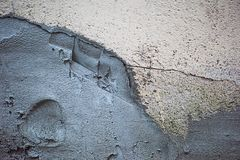 Le mur dans les fissures plâtrées avec le ciment photographie stock