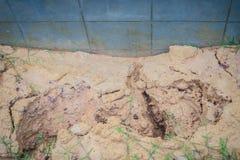 Le mur de barrière du logement nouvellement construit est incliné et du effondré Photo libre de droits