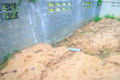 Le mur de barrière du logement nouvellement construit est incliné et du effondré Photos libres de droits