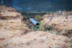 Le mur de barrière du logement nouvellement construit est incliné et du effondré Image stock
