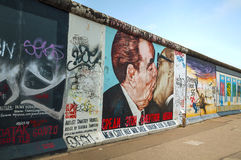 Le mur de Berlin avec le graffiti Photographie stock libre de droits