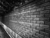 Le mur de briques noir est un angle de perspective image stock